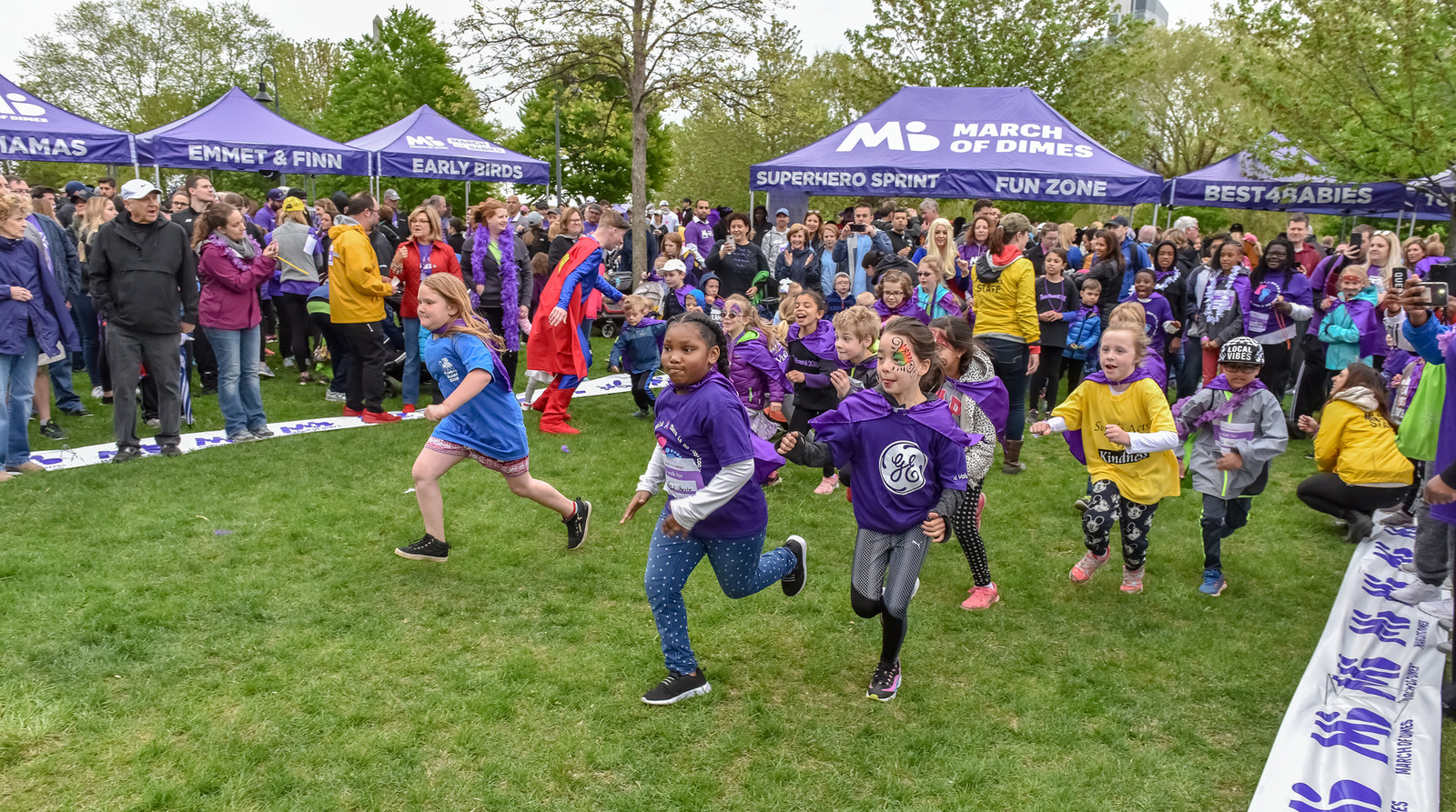 a bunch of children running in a march of dimes event